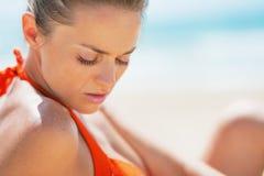 Портрет молодой женщины ослабляя на пляже Стоковые Изображения