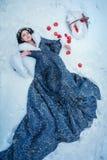Портрет молодой женщины одетый в голубом пальто Стоковое Изображение