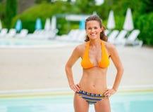 Портрет молодой женщины перед бассейном Стоковое Фото