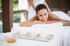 Портрет молодой женщины получая массаж на курорте здоровья Стоковое Изображение RF