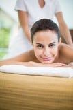 Портрет молодой женщины получая массаж на курорте Стоковые Фото