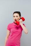 Портрет молодой женщины представляя с гантелями в спортзале Жизнь спорта Стоковые Фотографии RF