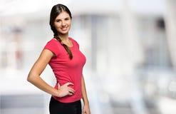 Портрет молодой женщины против запачканной предпосылки стоковая фотография