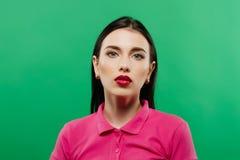 Портрет молодой женщины против зеленой предпосылки Стоковое фото RF