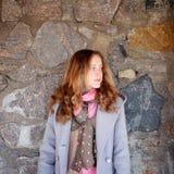 Портрет молодой женщины против каменной стены Стоковые Изображения