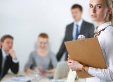 Портрет молодой женщины работая на офисе стоя с папкой Стоковое Изображение RF
