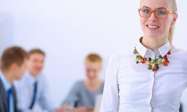 Портрет молодой женщины работая на офисе стоя с папкой Стоковое фото RF