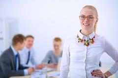 Портрет молодой женщины работая на офисе Стоковые Фото