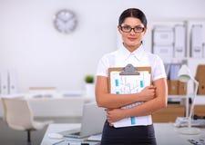 Портрет молодой женщины работая на офисе Стоковые Фотографии RF