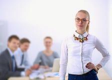 Портрет молодой женщины работая на офисе Стоковые Изображения