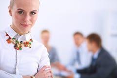 Портрет молодой женщины работая на офисе Стоковое фото RF