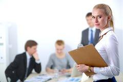 Портрет молодой женщины работая на офисе Стоковое Изображение