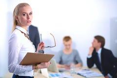 Портрет молодой женщины работая на офисе Стоковая Фотография RF