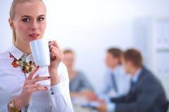 Портрет молодой женщины работая на офисе Стоковая Фотография