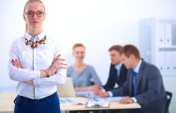 Портрет молодой женщины работая на офисе Стоковое Изображение RF