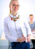 Портрет молодой женщины работая на офисе Стоковые Изображения RF