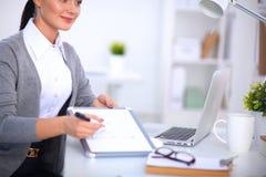 Портрет молодой женщины работая на офисе Стоковое Фото