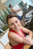 Портрет молодой женщины разрабатывая в фитнес-клубе Стоковые Изображения RF