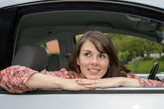 Портрет молодой женщины сидя в автомобиле Стоковое Изображение