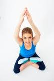 Портрет молодой женщины сидя в представлении йоги черное представление раздумья девушки фокуса shirty Стоковые Фото