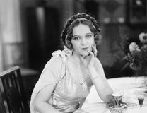 Портрет молодой женщины сидя на таблице и думая в ресторане (все показанные люди нет более длинные живущих и никакого esta Стоковые Изображения RF