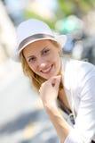 Портрет молодой женщины сидя outdoors Стоковые Фото