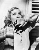 Портрет молодой женщины смотря в страхе с ее рукой над ее ртом (все показанные люди нет более длинные живущих и никакого имуществ Стоковые Фото