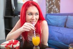 Портрет молодой женщины с апельсиновым соком Стоковое Изображение RF