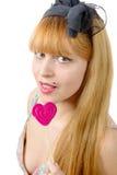 Портрет молодой женщины с леденцом на палочке формы сердца Стоковые Фотографии RF