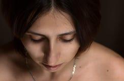 Портрет молодой женщины с закрытыми глазами стоковые фото