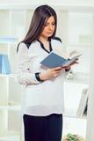Портрет молодой женщины с книгой Стоковое фото RF