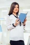 Портрет молодой женщины с книгой Стоковые Фотографии RF