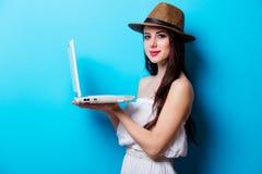 Портрет молодой женщины с компьтер-книжкой Стоковое фото RF