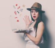Портрет молодой женщины с компьтер-книжкой Стоковая Фотография