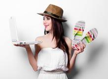 Портрет молодой женщины с компьтер-книжкой Стоковая Фотография RF