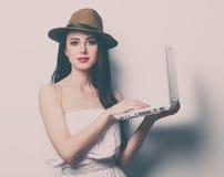 Портрет молодой женщины с компьтер-книжкой Стоковое Изображение RF