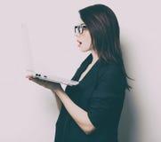 Портрет молодой женщины с компьтер-книжкой Стоковое Фото