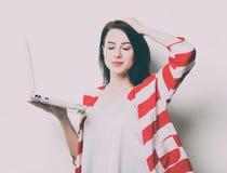 Портрет молодой женщины с компьтер-книжкой Стоковое Изображение