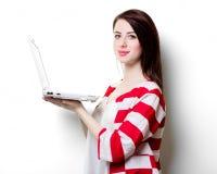 Портрет молодой женщины с компьтер-книжкой Стоковые Изображения RF