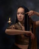Портрет молодой женщины с подсвечником в сари Стоковые Фото