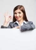 Портрет молодой женщины с пустой белой доской Стоковая Фотография