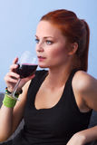 Портрет молодой женщины с стеклянным красным вином Стоковое Изображение