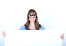 Портрет молодой женщины с с пустой белой доской Стоковое фото RF