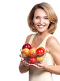 Портрет молодой женщины с яблоками. Стоковое Изображение RF
