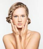 Портрет молодой женщины с hairdo оплетки стоковое изображение rf