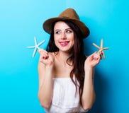 Портрет молодой женщины с seashells Стоковое Фото