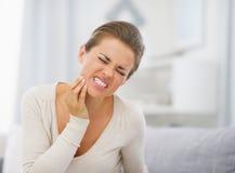 Портрет молодой женщины с toothache Стоковые Фотографии RF