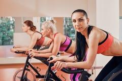 Портрет молодой женщины фитнеса на велотренажерах Стоковые Фотографии RF
