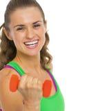 Портрет молодой женщины фитнеса с гантелями Стоковые Изображения