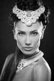 Портрет молодой женщины Beautyful jewerly и диаманты стоковые изображения rf